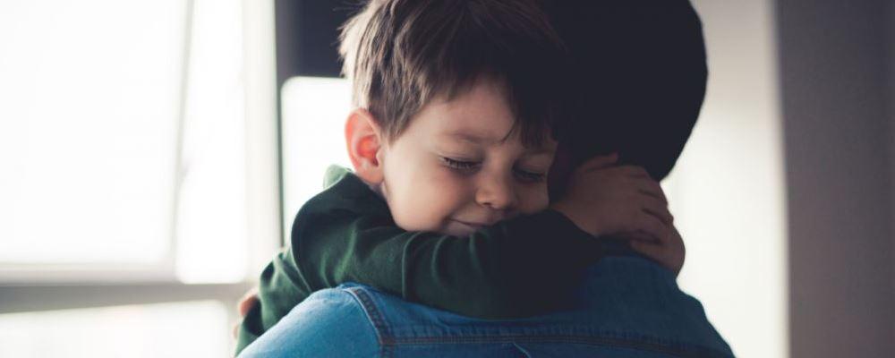 孩子没有安全感会有哪些表现 孩子没有安全感的症状 孩子没有安全的表现
